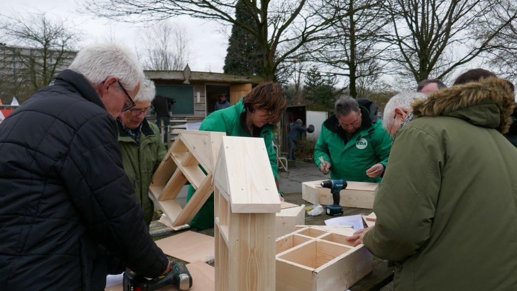 NLdoet-klussers bezig met bouw van kleine bijenhotels